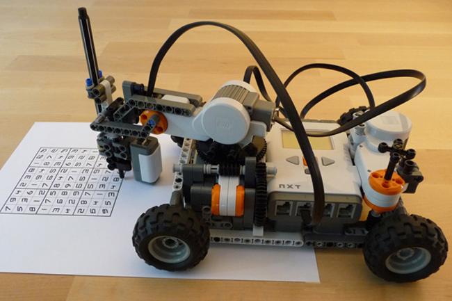 این ربات کوچک لگو (Lego) می تواند یک پازل سودوکو را حل کند.